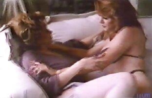 بلوند دوش گرفت و روی خروس معشوقش نشست که سکسیکوس کون روی تشک بورگوندی نشسته بود