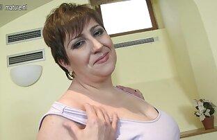 برنزه برنزه شده با یک اسباب بازی سکسی روی تشک خودارضایی می کند عکس سکس گنده