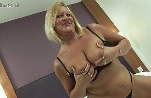 یک زن بالغ با سینه های بزرگ پس از رابطه جنسی مقعد در اتاق نشیمن ، تنه هاهل را عکس کوس های پشمالو قورت می دهد