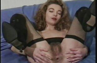 خانم موی سرخدار با سینه های درخشان تنگ شده و مهبل را عکس سکسی کون دختر روی صندوق عقب منتخب خود روی مبل سفید سوار می کند